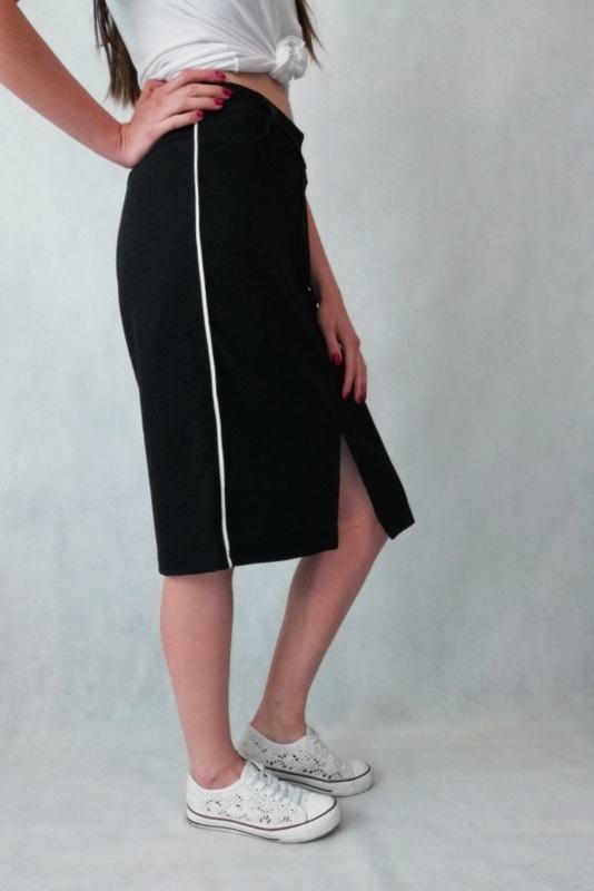 sportowa spódnica do kolan z białym paskiem po bokach