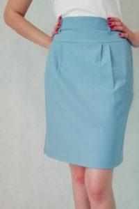błękitna spódnica do kolan z kieszeniami