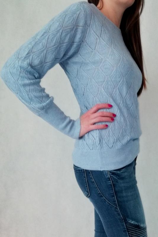 błękitny sweter ażurowy