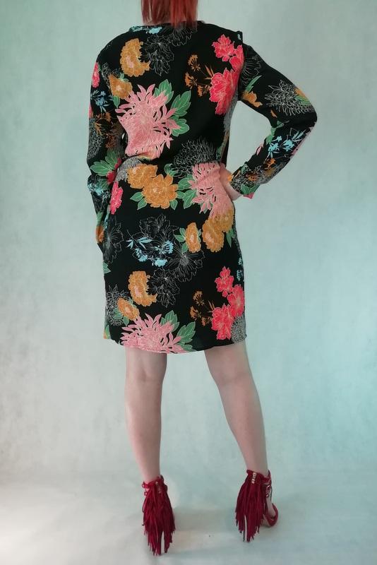 sukienka zakładkowa w kwiaty
