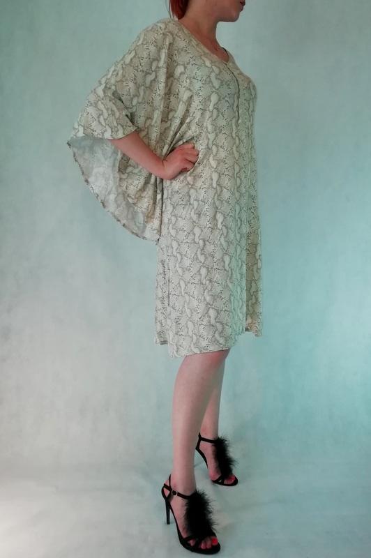 wziewna sukienka motylkowa w wężowy wzór