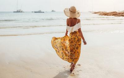 dziewczyna na plaży w spódnicy i kapeluszu