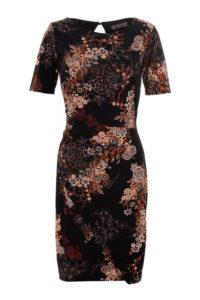 ciemna sukienka zakładkowa z rękawem przed łokieć w kwiaty