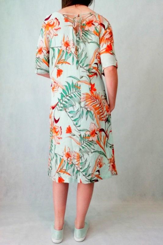 miętowa sukienka do kolan w kwiaty wiązana z tyłu
