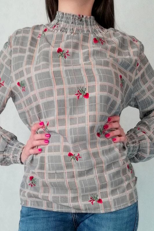 bluzka półgolf w kratkę i zdobieniami ze ściągaczem przy rękawie