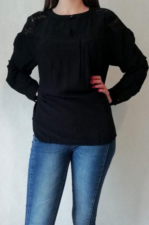 bluzka czarna z długim rękawem i koronką na ramionach