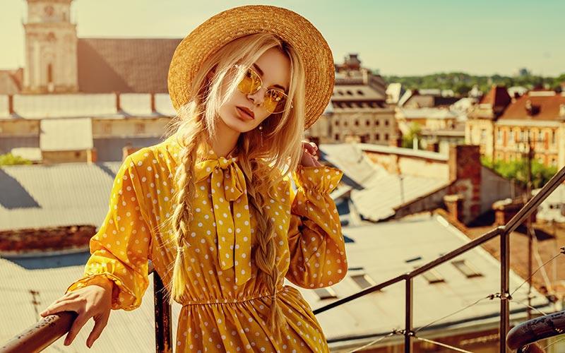 dziewczyna w żółtej sukience z własnym stylem