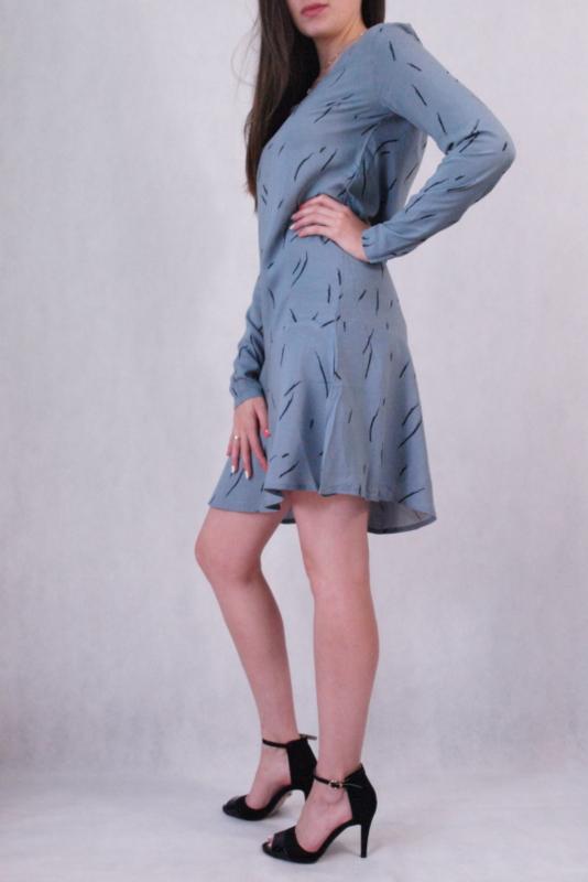 sukienka rozszerzana do kolan z długim rękawem