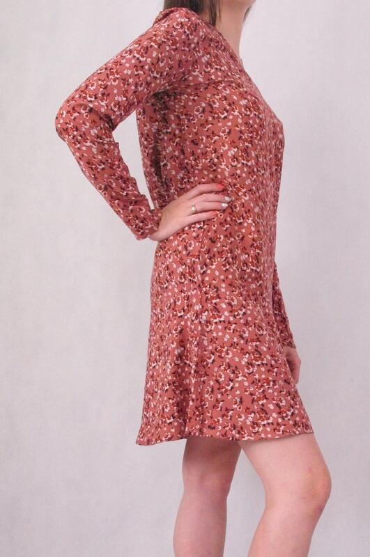 sukienka w kwiatki z długim rękawem