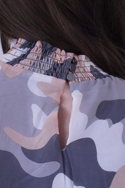 bluzka mgiełka moro ze ściągaczem przy rękawie i szyi