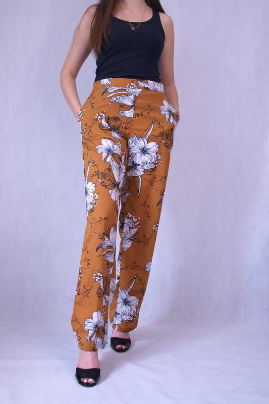 spodnie luźne brązowe zdobione białymi kwiatami