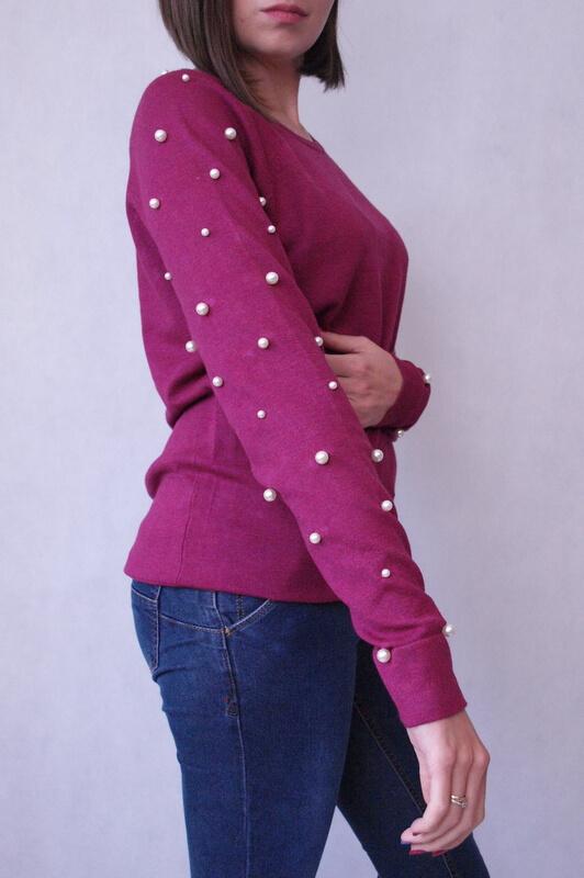 sweter z perełkami na rękawach burgundowy