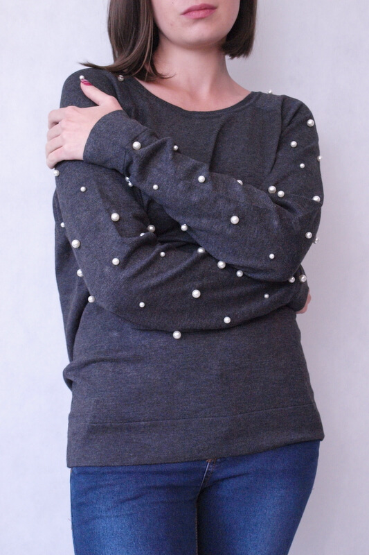 sweter szary z perełkami na rękawach