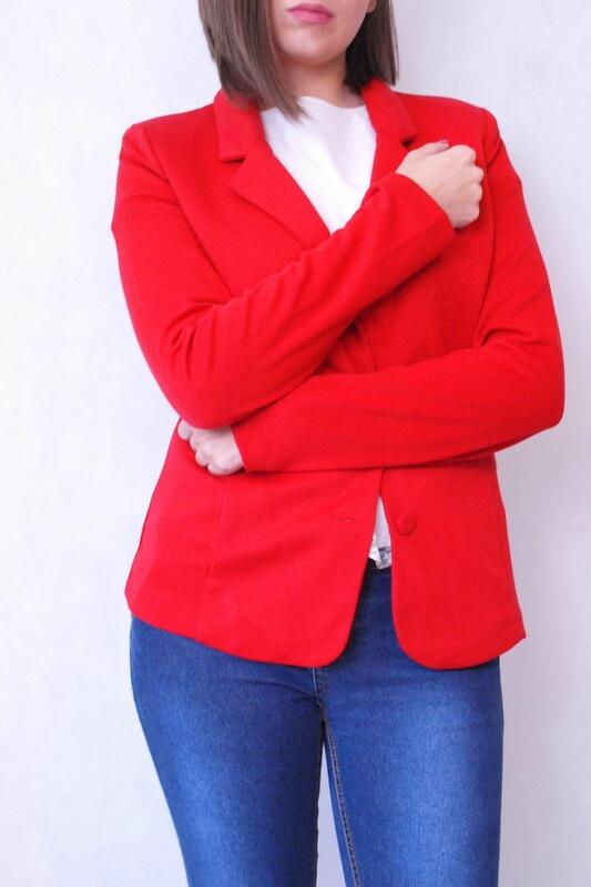 czerwona marynarka z kieszeniami